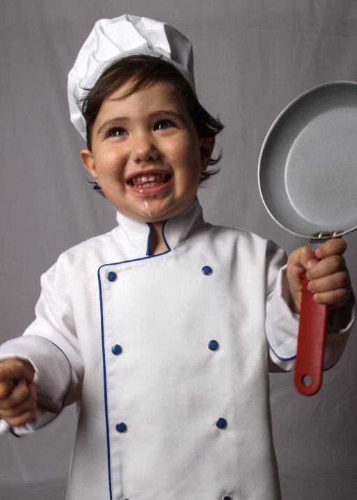 Criança segurando frigideira utilizando dolmã